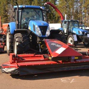 Трактор New Holland T7060 и Kongskilde GSX на выставке в Кирове