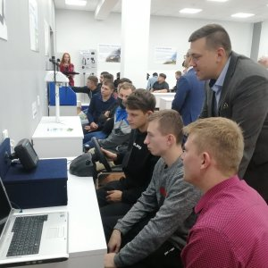 Ведущий специалист по системам точного земледелия Андрей Лопаткин знакомит студентов с новым оборудованием