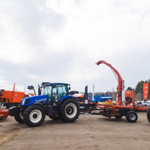 Трактора New Holland с прицепной техникой на выставке в Кирове